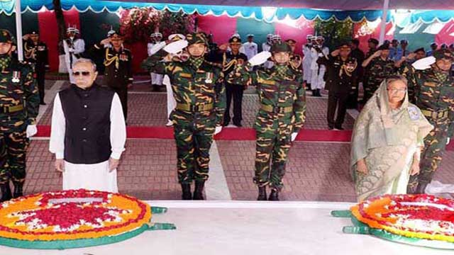 টুঙ্গিপাড়ার সমাধিসৌধে রাষ্ট্রপতি-প্রধানমন্ত্রীর শ্রদ্ধা