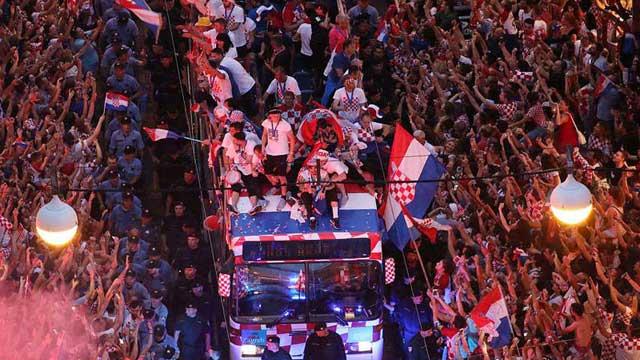 দেশে ফিরে বিশ্বজয়ীর সম্মান পেল ক্রোয়েশিয়ার ফুটবলাররা
