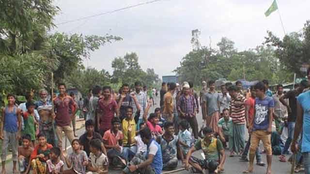 পুলিশের অনিয়মের বিরুদ্ধে কুমিল্লায় মহাসড়ক অবরোধ করে বিক্ষোভ