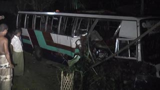 6 killed as bus collides with tractor in Gaibanda