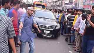 নয়াপল্টনে 'ট্রাফিকের' ভূমিকায় বিএনপি কর্মীরা