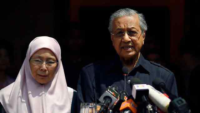 King agrees to pardon Anwar immediately: Mahathir