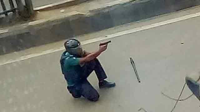 40 hurt as city's Bashundhara turns battle ground