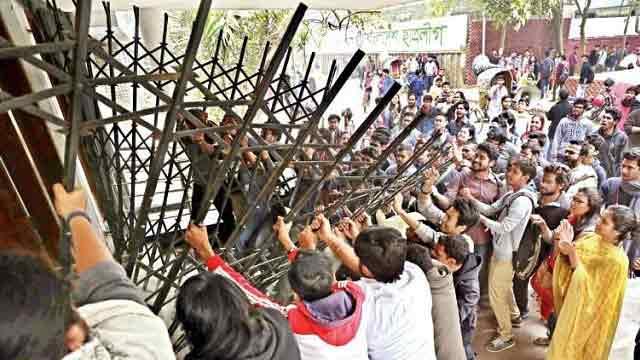 DU students besiege VC office