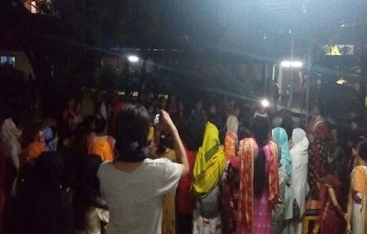 <p>নিরাপদ ক্যাম্পাস ও ছাত্রলীগের হামলার প্রতিবাদে বিক্ষোভ করছে ঢাকা বিশ্ববিদ্যালয়ের রোকেয়া ও শামসুন্নাহার হলের শিক্ষার্থীরা</p>