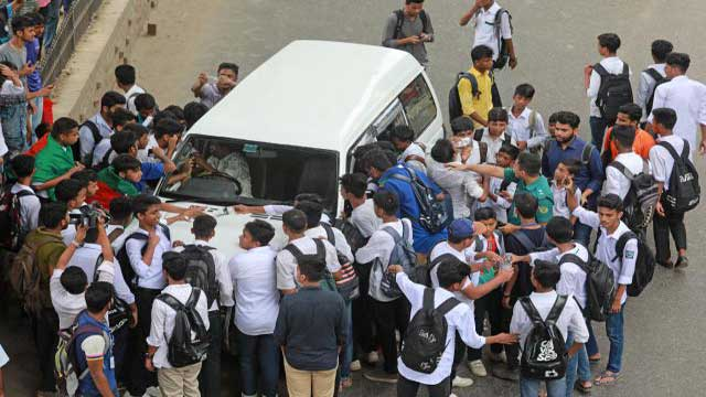 চট্টগ্রামেও শিক্ষার্থীরা লাইসেন্স পরীক্ষা করছে