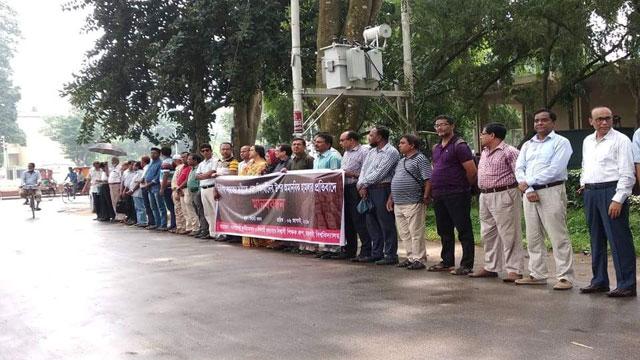 শিক্ষার্থীদের উপর হামলার প্রতিবাদে রাবি সাদা দলের মানববন্ধন