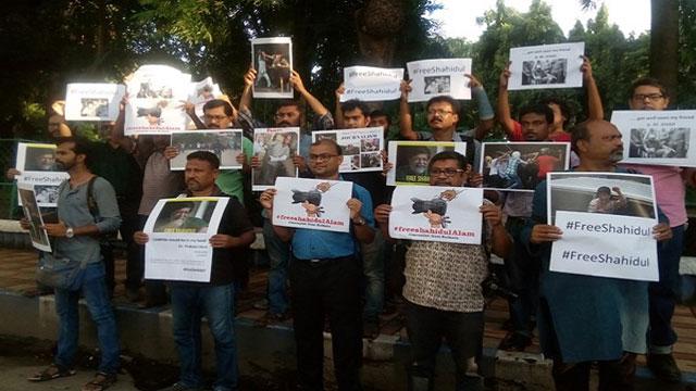 বাংলাদেশে সাংবাদিকদের ওপর হামলার প্রতিবাদে কলকাতায় মানববন্ধন