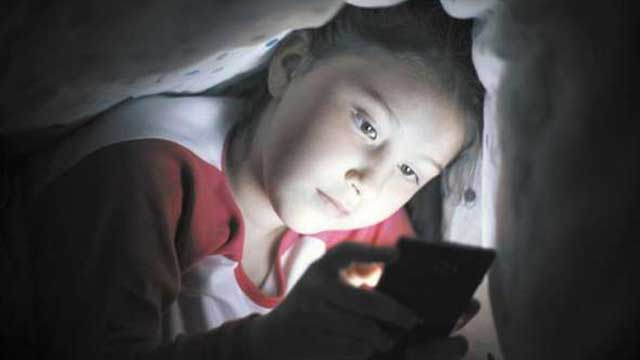 স্মার্টফোন, ট্যাবলেটের নীল আলো হতে পারে অন্ধত্বের কারণ