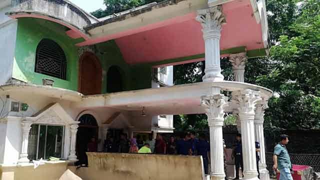 ইয়াবা ব্যবসায়ীর 'রাজপ্রাসাদ' জব্দ করে সবাইকে বের করে দিলো পুলিশ