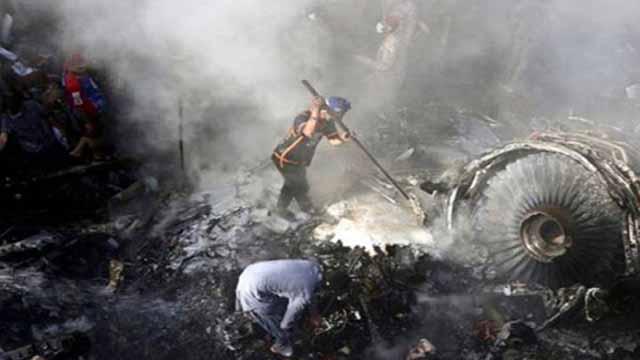 পাকিস্তানে যাত্রীবাহী বিমান বিধ্বস্তের ঘটনায় ৮০ জনের মৃত্যু
