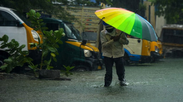 তামিলনাড়ু-পুদুচেরি উপকূলে আছড়ে পড়েছে ঘূর্ণিঝড় নিভার
