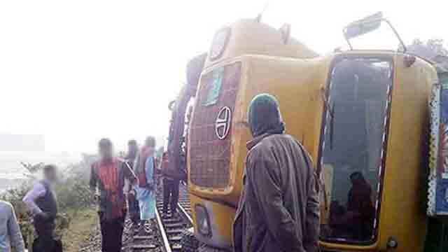 ট্রাক উল্টে রেল লাইনে, উত্তরবঙ্গের সঙ্গে রেল যোগাযোগ বন্ধ