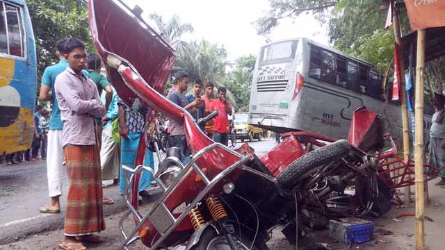 রংপুরে বাসচাপায় ৩ অটোযাত্রী নিহত