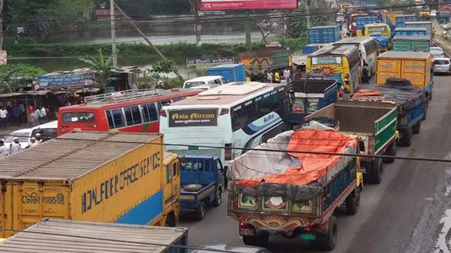 ঢাকা-চট্টগ্রাম মহাসড়কে দীর্ঘ যানজটে চরম দুর্ভোগ