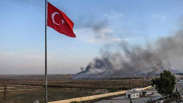 Turkey Syria offensive: 100,000 flee homes as assault continues