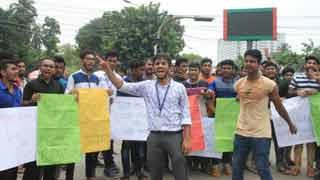 ৭ কলেজের অধিভুক্তি বাতিলের দাবিতে শাহবাগ অবরোধ