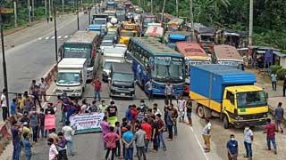 JU students block highway over torturing fellow by Ansar men