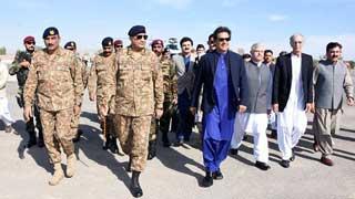 সীমান্তে সেনা সদস্যদের সঙ্গে দেখা করলেন ইমরান খান