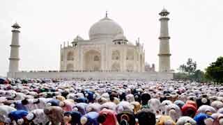 তাজমহলে  জুমার নামাজ আদায়ে নিষেধাজ্ঞার প্রতিবাদে বিক্ষোভ