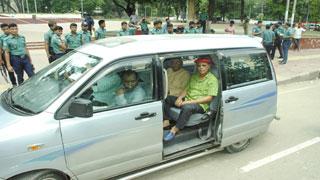 খালেদা জিয়ার মুক্তি দাবিতে শহীদ মিনারে বিশিষ্টজনদের কর্মসূচি পুলিশি বাধায় পণ্ড