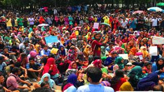 কোটা সংস্কার: টিএসসিতে অবস্থান নিতে ছাত্রীদের বাধা