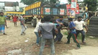 শ্রমিকদের ঢাকা-চট্টগ্রাম মহাসড়ক অবরোধ, শিক্ষার্থীদের মারধর