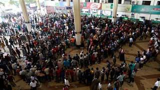 কমলাপুর-চট্টগ্রামে টিকিট বিক্রি শুরু, দীর্ঘ লাইন
