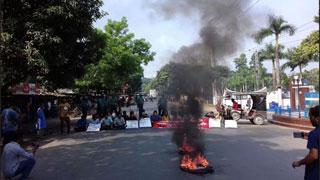 কোটা বহালের দাবিতে ঢাকা-রাজশাহী মহাসড়ক অবরোধ
