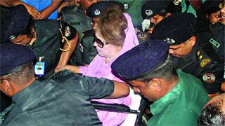 হুইল চেয়ারে করে আদালতে খালেদা জিয়া
