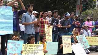 Students of 7 DU affiliated colleges block road