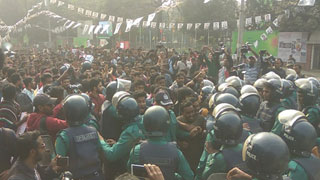 Cops stop DU protesters at Shahbagh