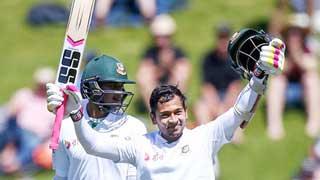Afridi picks up Mushfiqur's historic bat for Tk 17 lakh