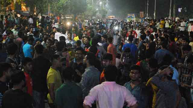 Protesting job seekers block Shahbagh intersection