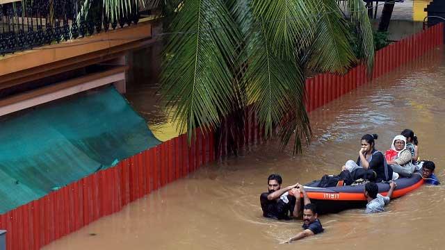 Cyclone batters eastern India, 300,000 evacuated