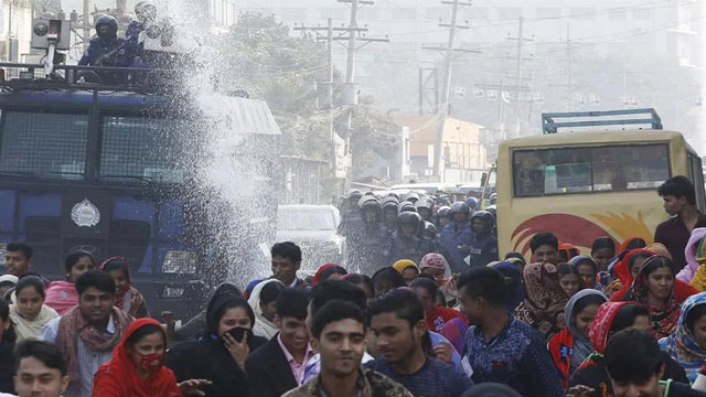 RMG workers block road, vandalise 20 vehicles in Ashulia
