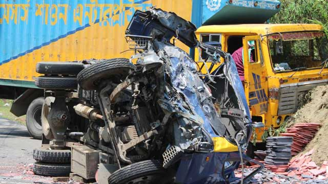 Road crashes kill 3 in two districts