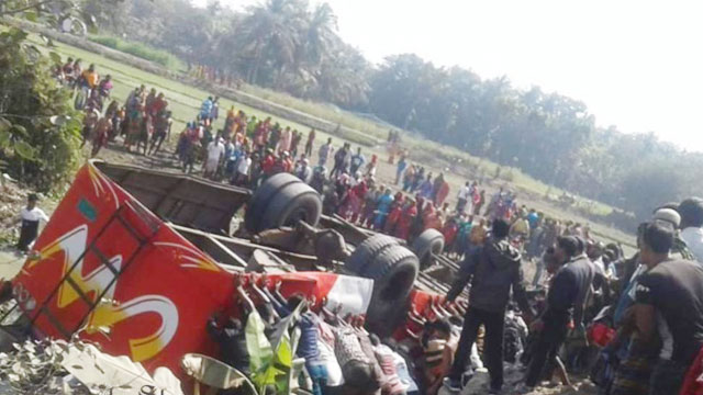 Student killed as picnic bus crashes in Khulna