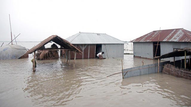 Flood maroons thousands in central districts