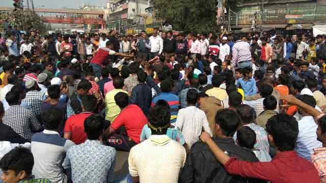 New Market businessmen block Nilkhet